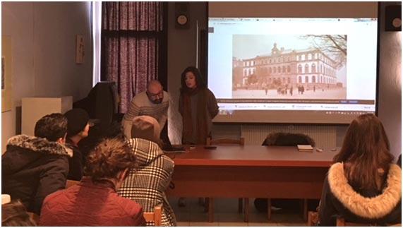 O profesor Samuel, na escola de Tirana, preparando unha presentación