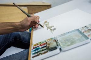 Alumno dibuxando no cilo de ilustración da Escola de Arte e Superior de Deseño Pablo Picasso