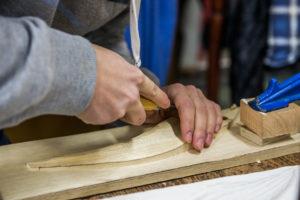 alumno traballando no taller de madeira