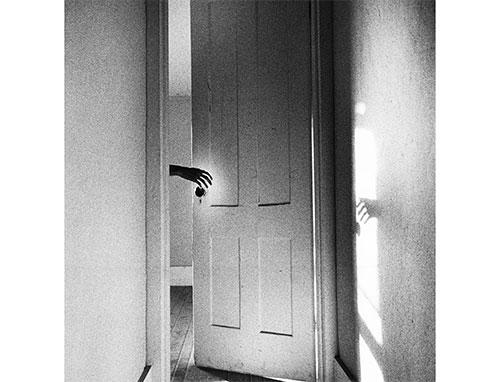 Imaxe dunha porta en branco e negro